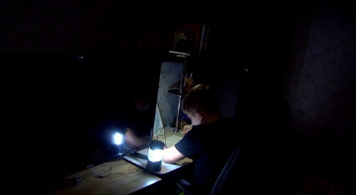 Уроки в темноте: Жители дома-призрака по прежнему живут без коммуникаций