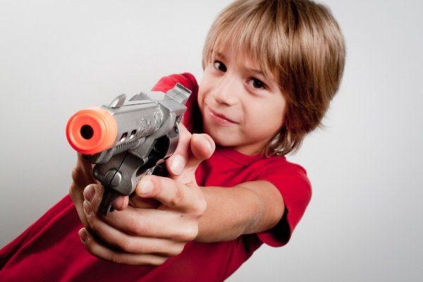 В Саратовской области осудят мужчину, сын которого игрался с настоящим пистолетом и пострадал